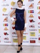 Женщина в тёмно-синем коротком платье делового стиля