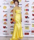 Женщина в красивом длинном платье