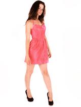 Женщина в элегантном коротком платье