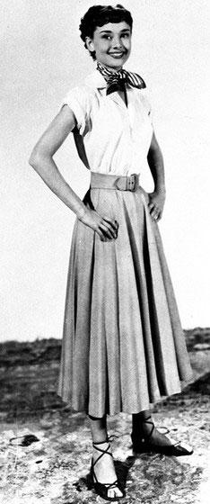 девушка в блузке и длинной юбке